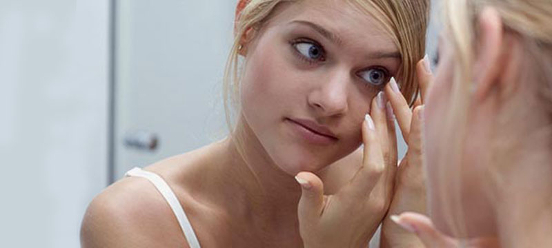 contact-lenses-removing-step-3