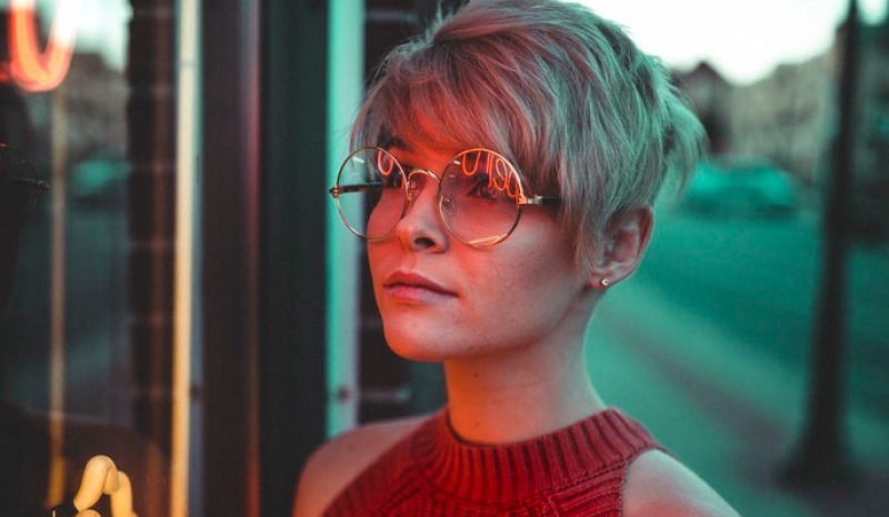 Glasses for lady with short hairs